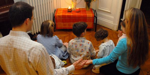 Come progettare o abbellire un angolo per la preghiera a casa nostra? [aleteia.org]